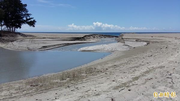 知本濕地日前遭開挖放流,卡大地布族人發怒吼,盼相關單位協助列為重要濕地,永續守護。(記者陳賢義攝)
