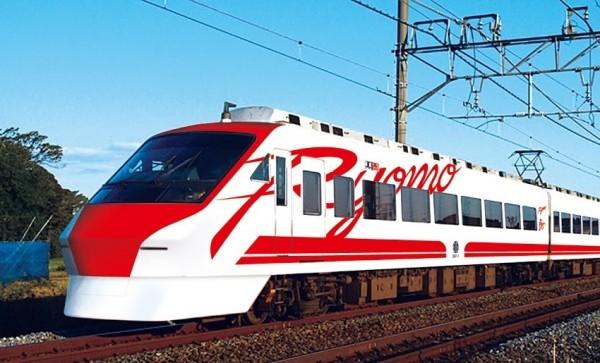 日本東武鐵道公司昨在官網公布,將一列往來淺草-兩毛間的兩毛號(200型列車),塗裝改為台灣新自強普悠號紅白塗裝,但車頭TRA彩繪改成兩毛號的拚音英文字Ryomo,瞄準熱愛到日本旅遊的台灣觀光客(東武鐵道提供)