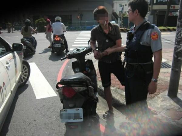 廖姓男子(左)偷車不到10分鐘就被警方查獲。(記者周敏鴻翻攝)