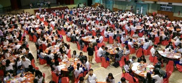 員林家商租用70張喜宴用圓桌,供考生與家長休息,讓人誤以為要辦喜酒。(記者陳冠備翻攝)