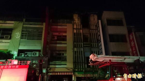 台東5月初火災往上延燒,雲梯車卻不能用。(記者張存薇攝)