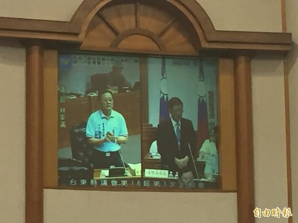 議員林東滿(左)質疑台東雲梯車維護、操作待改進。(記者張存薇攝)