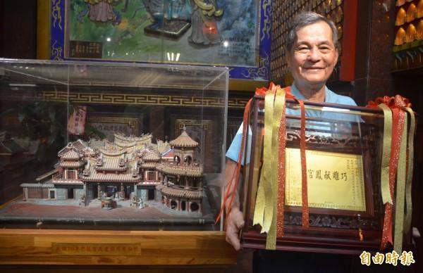 贈送木雕給屏東慈鳳宫的老木工,心肌梗塞被救回,他認為是奇蹟。(記者葉永騫攝)