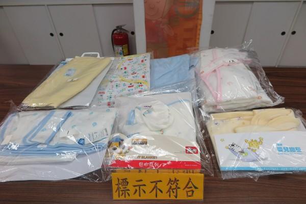 標檢局今日公佈市售嬰兒包巾檢驗結果,15件嬰兒包巾品質無虞,但其中七件標示不合格,將通知業者限期改正。(圖由經濟部標準檢驗局提供)
