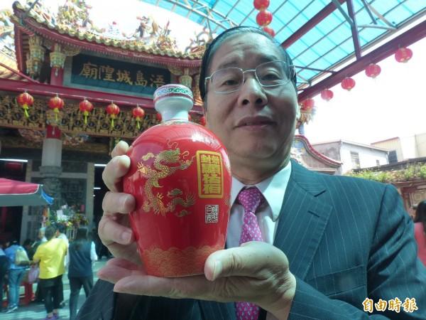 金酒公司董事長陳永明帶著外型討喜的「迎城隍紀念酒」前往城隍廟上香祈福。(記者吳正庭攝)