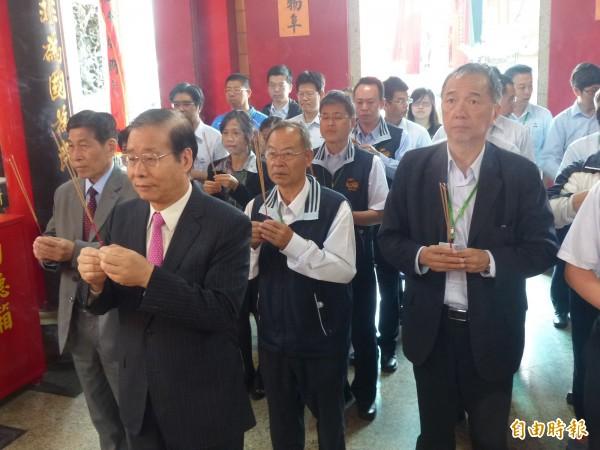 金酒公司董事長陳永明(左二)帶著金酒團隊前往城隍廟上香祈福。(記者吳正庭攝)