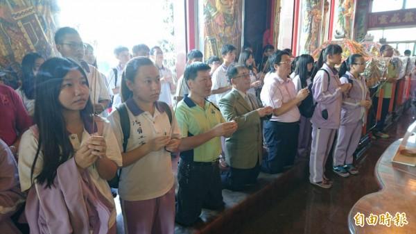 陽明工商學生向神農大帝上香祈福。(記者楊金城攝)
