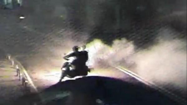翁嫌糾眾惹事,幫眾多次在大街上燃放信號彈。(記者曾健銘翻攝)