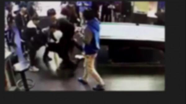 翁嫌率眾圍毆被害人。(記者曾健銘翻攝)