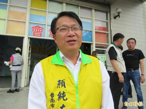 顏純左表示,他的責任更加重大,未來希望把黨部朝向公益化,為弱勢發聲。(記者蔡文居攝)