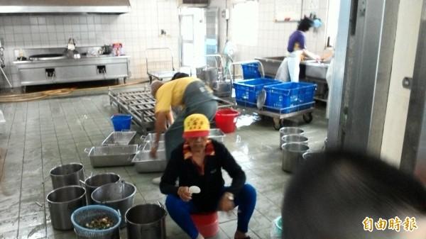 雲林縣國中小廚工月薪僅13000至17000元,遠低基本工資。(記者林國賢攝)