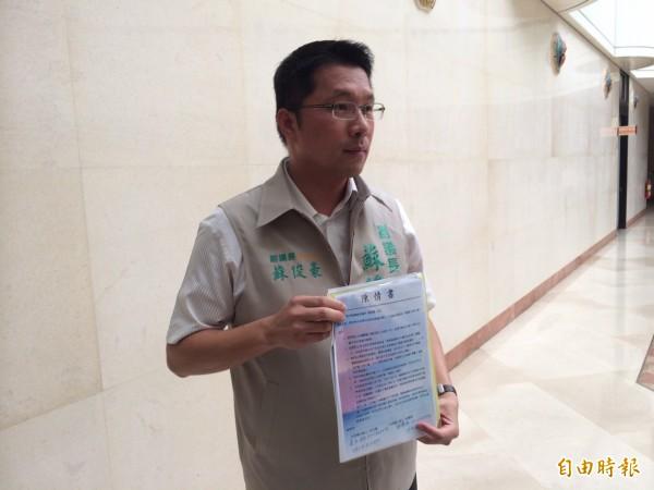 副議長蘇俊豪出示廚工陳情書,為廚工薪資過低請命。(記者林國賢攝)