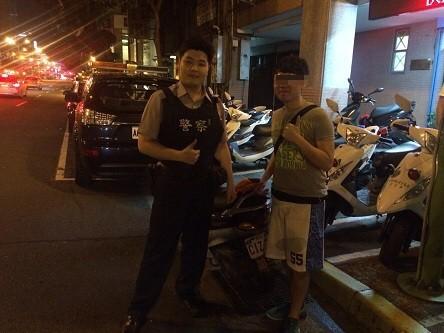 鄭姓男子感謝大同分局建成所員警張偉慶幫他找到車子。(記者陳恩惠翻攝)