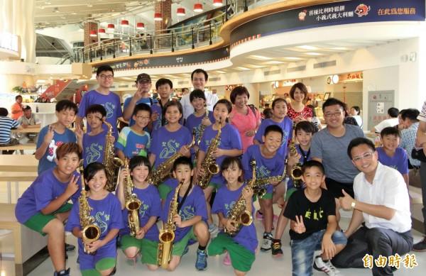 東山聖賢國小學生在福高東山服務區快閃演出。(記者楊金城攝)
