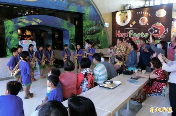 聖賢國小在東山服務區演出,旅客稱讚。(記者楊金城攝)