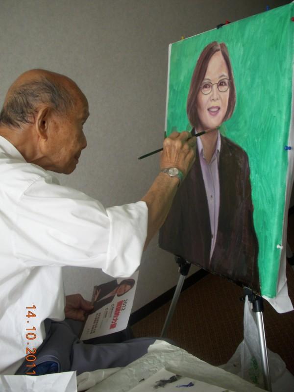 張義雄晚年仍創作不輟,還畫了總統蔡英文的肖像。(李金祝提供)