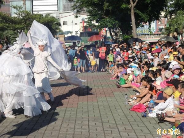 紙風車劇團在「桐花島的故事」,在水萍塭公園戶外公園。(記者洪瑞琴攝)