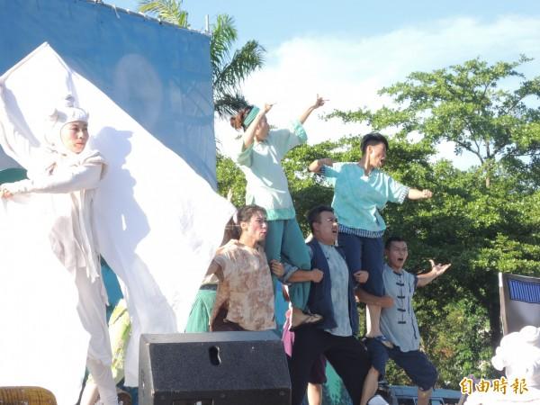 「桐花島的故事」精彩歌舞與觀眾互動。(記者洪瑞琴攝)
