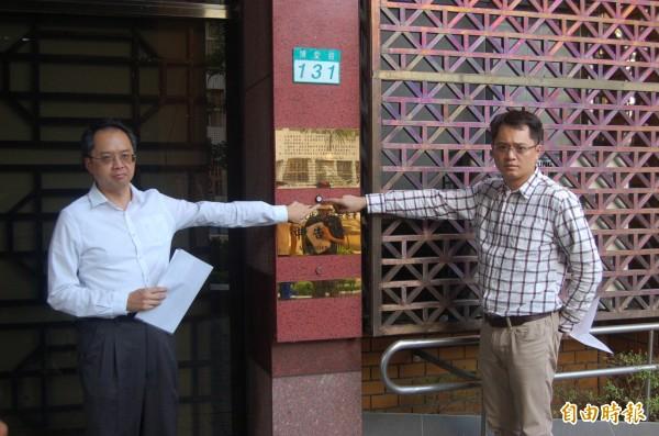 立委劉建國委託律師李岳霖(左)到台北地檢署對蘋果日報、壹週刊提出加重誹謗罪告訴,指對私人感情生活報導不實。(記者楊國文攝)