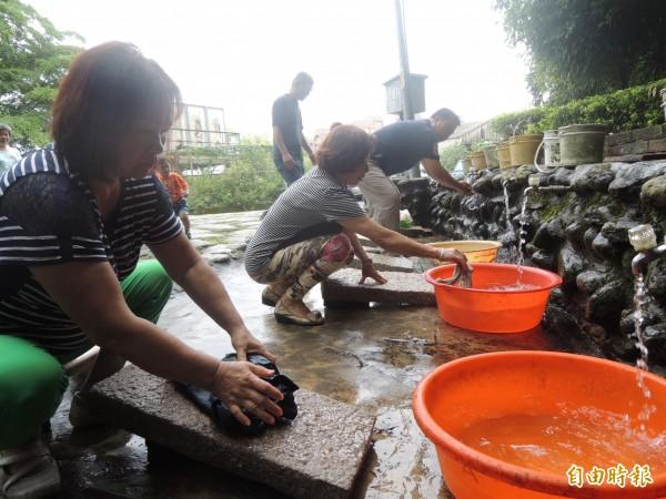 五股區德音里的天然湧泉「長春泉」,因水質清澈,常有婆婆媽媽在此洗菜、洗衣。(記者葉冠妤攝)