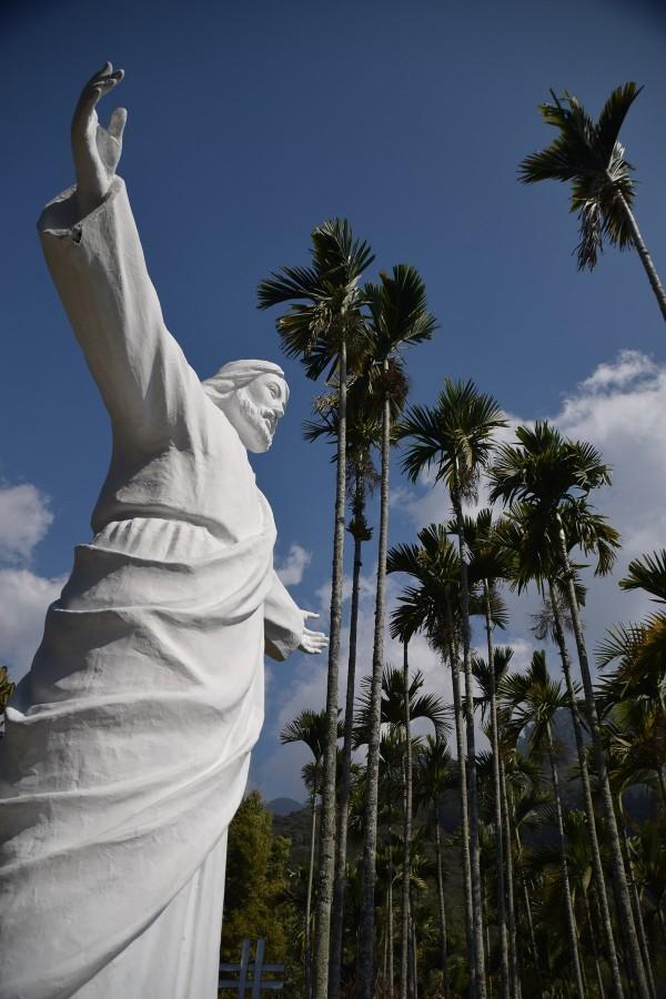 信義鄉潭南村天主堂有座巨型基督像,與巴西里約基督像形象相仿。(日管處提供)