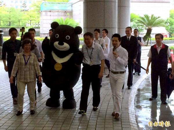 市長柯文哲今在世大運吉祥物熊讚Bravo陪同下,抵達市議會。(記者郭逸攝)