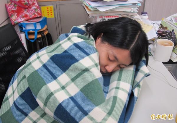 各年齡層女性都可能在經期感到特別疲倦、嗜睡,但有少女罹患「月經周期多睡症」,在月經前中後幾天每天可睡10到20小時,嚴重影響日常生活。圖為示意,非當事人。(記者謝佳君攝)