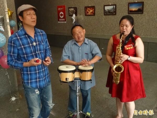 「瞽聲街藝走唱團」鄭信盛(左起)、李思勇、李欣怡聯手奪冠。(記者洪臣宏攝)