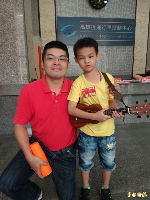 小5選手吳兆峰(右)在父親吳瑞輝(左)鼓勵下,勇於嘗試各種表演。(記者洪臣宏攝)