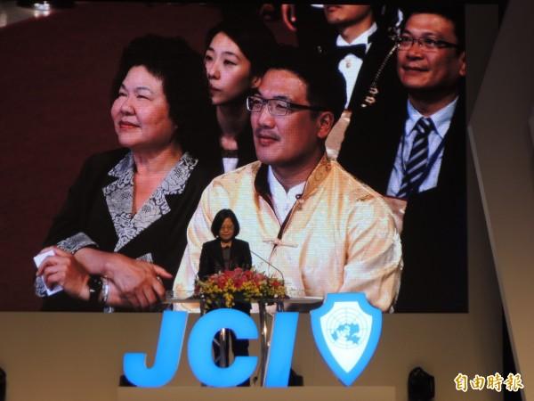 總統蔡英文今晚在國際會議上用力推銷高雄,台下的花媽笑得好開心。(記者王榮祥攝)
