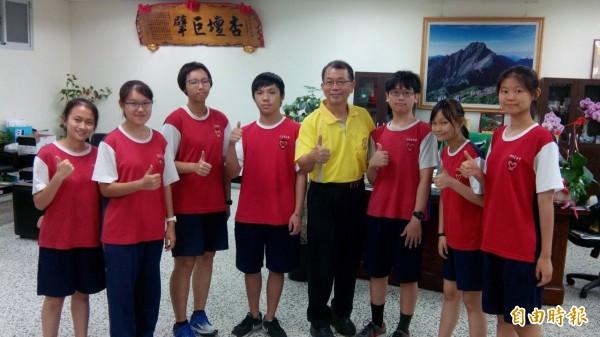 五福國中有7名學生考出滿級分,創學校紀錄,校長陳宗慶(右四)肯定他們的努力。(記者洪定宏攝)