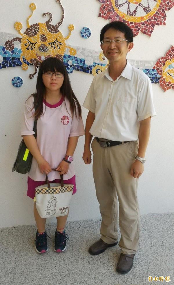 後港國中校長陳育生(右)稱讚學生覃幼鈞(左)地處偏鄉仍奮力向學。(記者楊金城攝)
