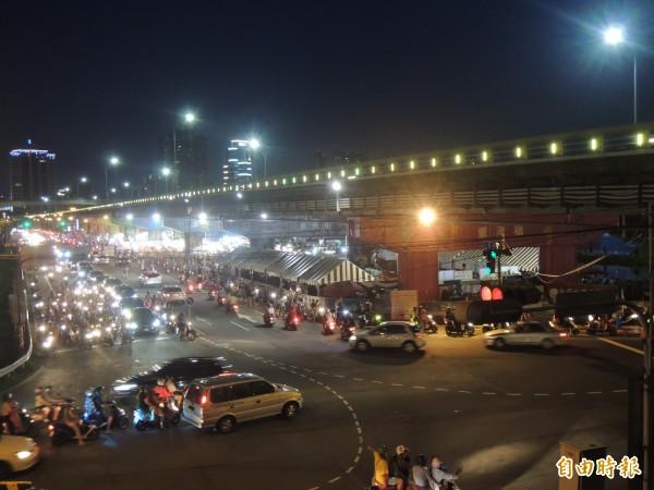 三重區重新橋下的星光市集,今晚盛大開幕,匯集美食、遊戲攤位、星空音樂吧等。(記者葉冠妤攝)