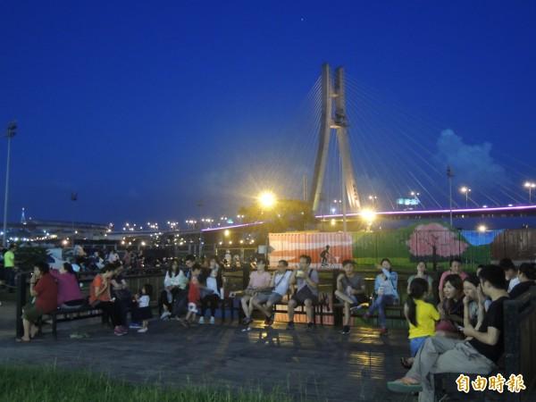 三重區重新橋下的星光市集,今晚盛大開幕,不只能吃美食,還能欣賞新北大橋河畔橋色。(記者葉冠妤攝)
