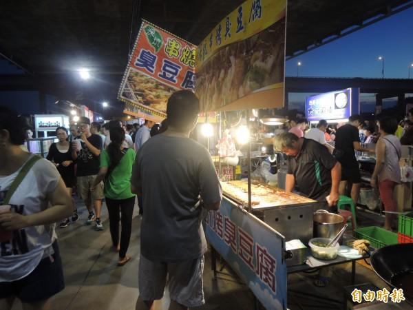 三重區重新橋下的星光市集,今晚盛大開幕,不少美食攤位吸引人潮。(記者葉冠妤攝)
