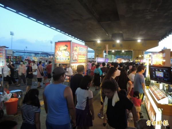 三重區重新橋下的星光市集,今晚盛大開幕,兩百多美食、遊戲攤位等。(記者葉冠妤攝)
