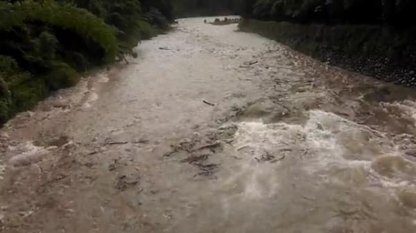 原本平靜的河床,溪水突然暴漲。(記者姚岳宏翻攝)