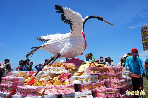 枋寮保安宮獨一無二的送白鶴儀式。(記者陳彥廷攝)