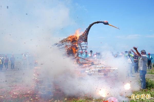 枋寮保安宮獨一無二的送白鶴儀式,白鶴隨著火燄冉冉昇天。(記者陳彥廷攝)