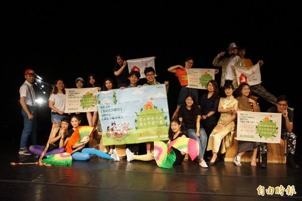 靜宜大學英文系英語話劇畢業公演「囚生」,希望藉此喚起大眾關注動物受虐的議題,進一步愛護動物。(記者歐素美攝)