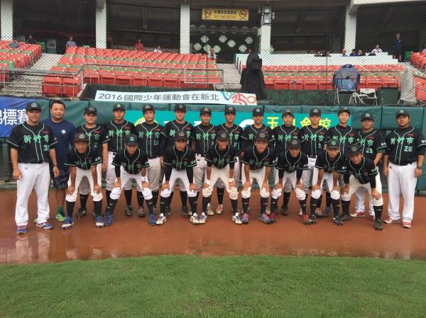 新竹市成德高中棒球隊參加玉山盃,因雨取消比賽,與台南市並列第三名,創隊史最佳成績。(圖由新竹市府提供)