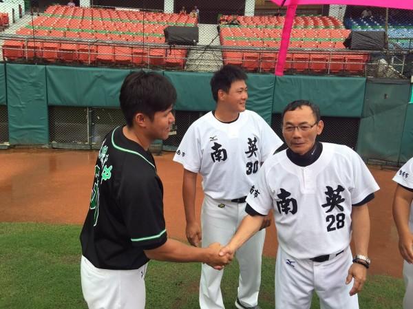 新竹市成德高中棒球隊與台南市南英商工並列玉山盃第三名,賽後雙方握手。(圖由新竹市府提供)