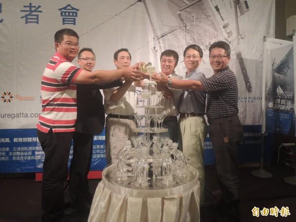 第四屆澎湖島帆船週即將展開,主辦及贊助單位澆淋香檳慶祝。(記者劉禹慶攝)