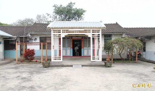 清朝最後一位武舉人黃耀南故居,中堂前白色拜亭帶有濃濃日式風格。(記者陳冠備攝)