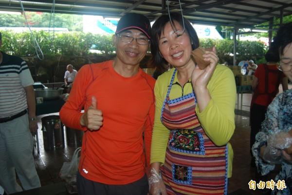 里民葉文修(左)與妻子三年前移居三峽插角,愛上這裡的人情味,每年端午節前,都要和里民們逗陣包粽子、聯繫感情。(記者張安蕎攝)