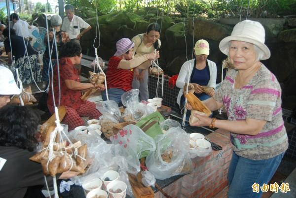 三峽插角里約200位里民共同包出4000顆粽子,除了自享還要送給弱勢戶。(記者張安蕎攝)