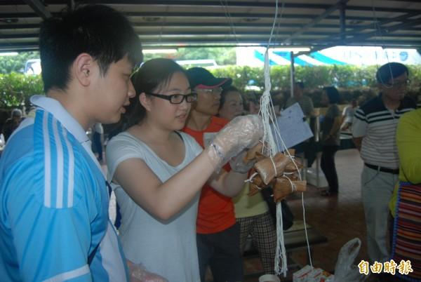 20歲的張小姐與同學一起體驗包粽,也使傳統端午包粽文化得以傳承。(記者張安蕎攝)