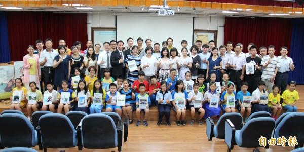 「偏鄉小學畢冊計畫」今日在彰化縣二林鎮立圖書館舉行聯合捐贈儀式。(記者陳冠備攝)