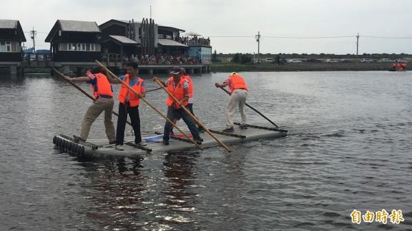 台西海口盃撐膠筏比賽,參賽者大部分都第一次撐膠筏現場趣味橫生。(記者黃淑莉攝)