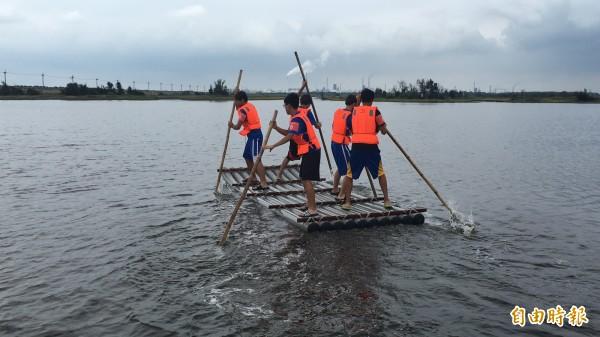 台西海口盃撐膠筏比賽,另類划龍舟。(記者黃淑莉攝)